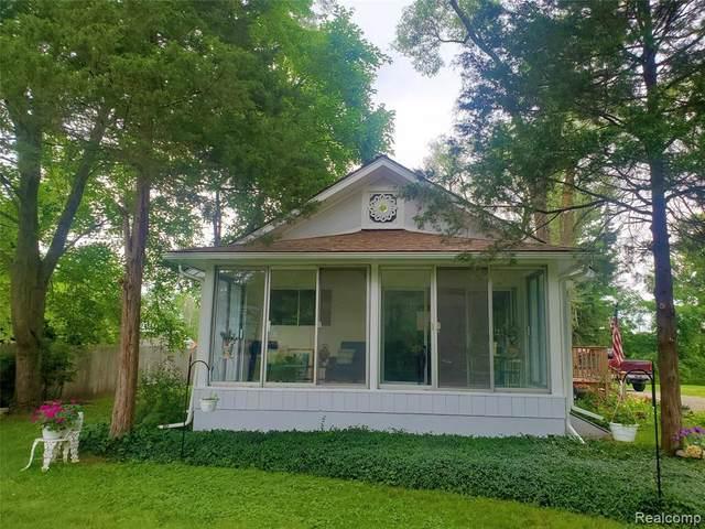 2402 Long Lake Rd S, Fenton, MI 48430 (MLS #2210059383) :: The BRAND Real Estate