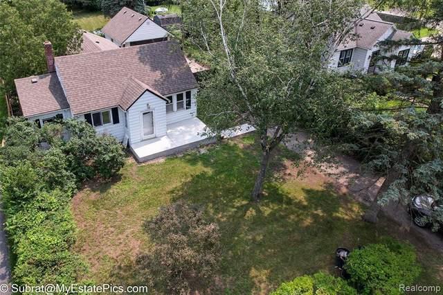 10426 Stark Rd, Livonia, MI 48150 (MLS #2210058217) :: Kelder Real Estate Group