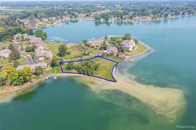 80 Chateaux Du Lac, Fenton, MI 48430 (MLS #2210067693) :: The BRAND Real Estate