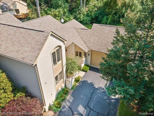 7421 Sherwood Creek Crt, West Bloomfield, MI 48322 (MLS #2210071997) :: The BRAND Real Estate