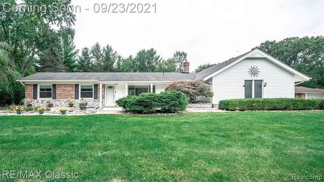 29781 Minglewood Ln, Farmington Hills, MI 48334 (MLS #2210079347) :: The BRAND Real Estate
