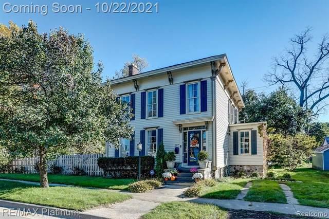 207 W Shiawassee Ave, Fenton, MI 48430 (MLS #2210087446) :: The BRAND Real Estate