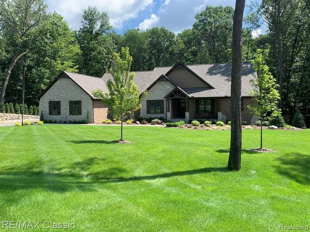 7123 Oak Ridge Crt, Clarkston, MI 48346 (MLS #2210013697) :: The BRAND Real Estate