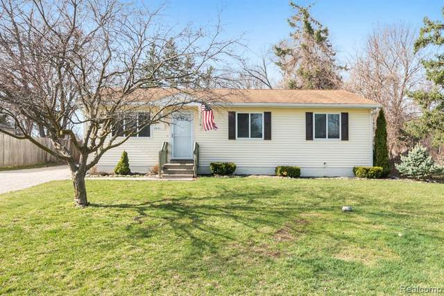 11843 Clair St, Hartland, MI 48353 (MLS #2210022364) :: The BRAND Real Estate