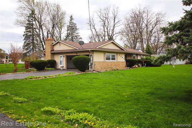 2461 N Long Lake Rd, Fenton, MI 48430 (MLS #2210026259) :: The BRAND Real Estate