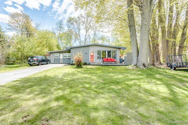 2705 Grace Rd, Fort Gratiot, MI 48059 (MLS #2210034968) :: The BRAND Real Estate