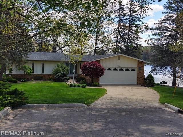 7231 Surfwood Dr, Fenton, MI 48430 (MLS #2210043720) :: The BRAND Real Estate