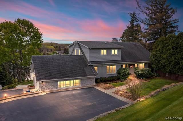 8118 Driftwood Dr, Fenton, MI 48430 (MLS #2210042812) :: The BRAND Real Estate