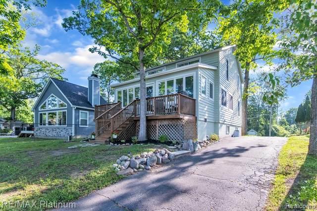 1546 Maxfield Rd, Hartland, MI 48353 (MLS #2210042484) :: The BRAND Real Estate