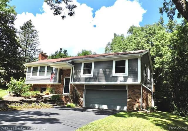 4950 Iroquois Boulevard, Clarkston, MI 48348 (MLS #2210062667) :: The BRAND Real Estate