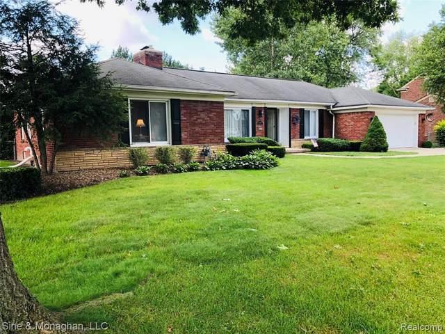 1451 N Renaud Rd, Grosse Pointe Woods, MI 48236 (MLS #2210061241) :: Kelder Real Estate Group