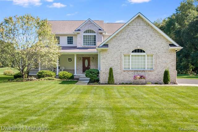 1346 Courtney Crt, Hartland, MI 48353 (MLS #2210082297) :: The BRAND Real Estate