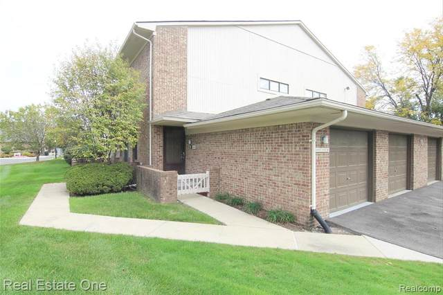 6688 Maple Lakes Dr, West Bloomfield, MI 48322 (MLS #2210083048) :: Kelder Real Estate Group