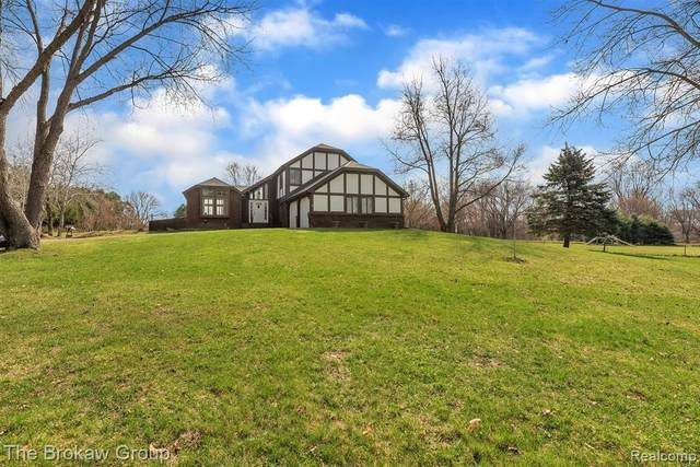 9580 Buckhorn Lake Rd W, Holly, MI 48442 (MLS #2210021520) :: The BRAND Real Estate