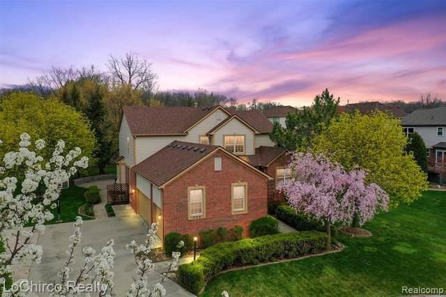 714 Elmwood Crt, Rochester Hills, MI 48307 (MLS #2210026731) :: The BRAND Real Estate