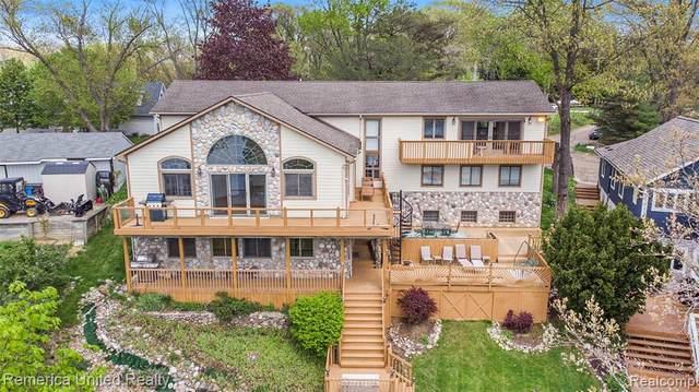 6252 Fonda Lake Dr, Brighton, MI 48116 (MLS #2210033893) :: The BRAND Real Estate