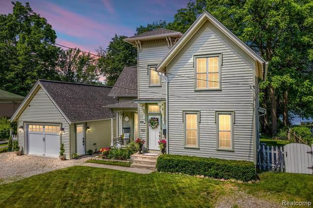 107 Clarence St, Holly, MI 48442 (MLS #2210041682) :: The BRAND Real Estate