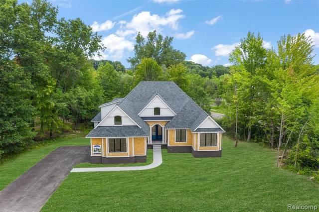 7102 Oak Ridge Crt, Clarkston, MI 48346 (MLS #2210069177) :: Kelder Real Estate Group