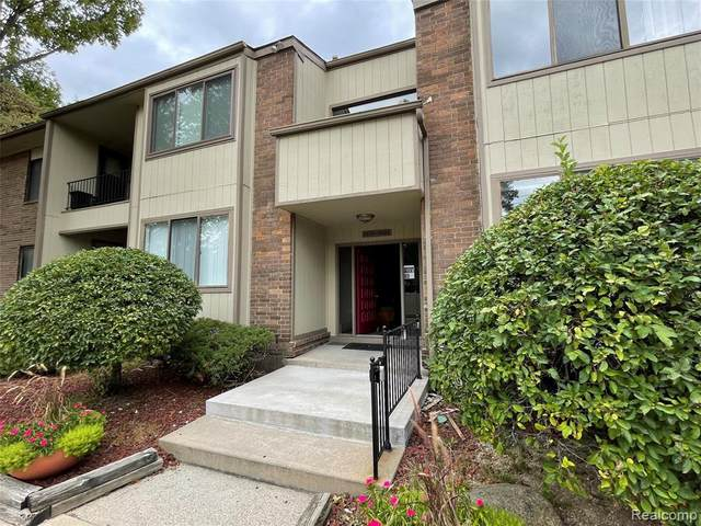 5878 Vassar Dr, West Bloomfield, MI 48322 (MLS #2210074095) :: The BRAND Real Estate