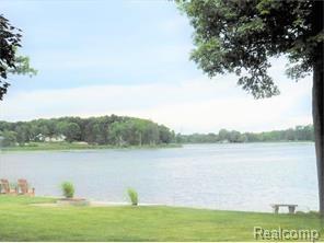 128 Lakeshore, Brandon Gardens, MI 48348 (MLS #217063428) :: The Peardon Team