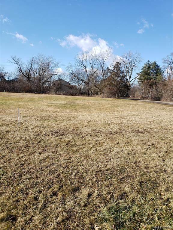 20893 Gill Rd, Farmington Hills, MI 48335 (MLS #2210004799) :: The BRAND Real Estate