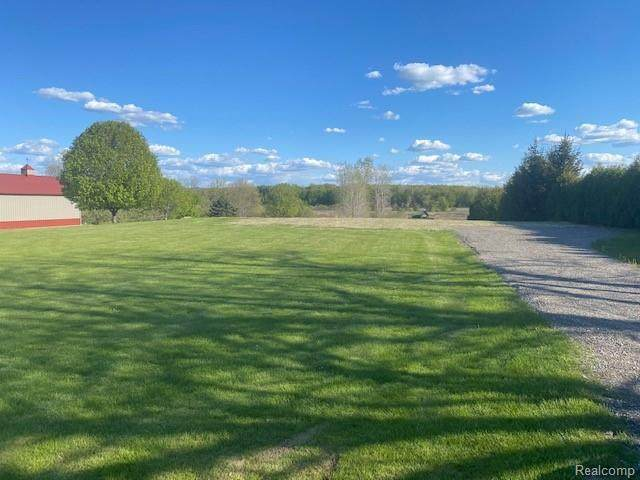 10529 Hill Rd, Swartz Creek, MI 48473 (MLS #2210035375) :: The BRAND Real Estate