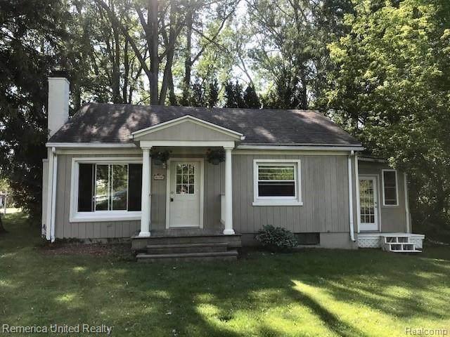 11639 Island Crt, Hartland, MI 48353 (MLS #2210042406) :: The BRAND Real Estate