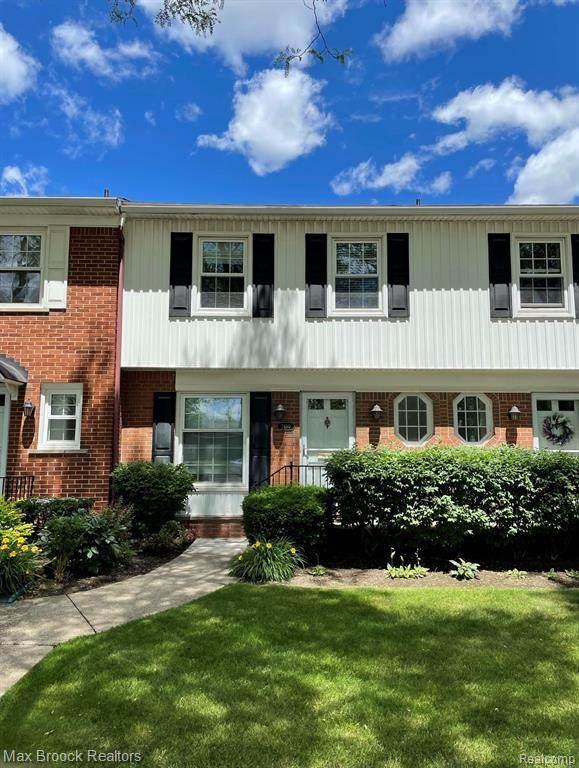 2450 W 13 MILE RD, Royal Oak, MI 48073 (MLS #2210048836) :: Kelder Real Estate Group