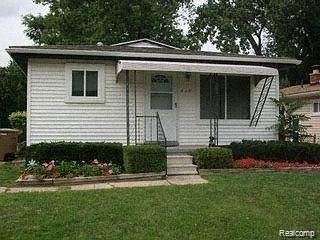 725 Livingston Ave, Pontiac, MI 48340 (MLS #2210035627) :: The BRAND Real Estate