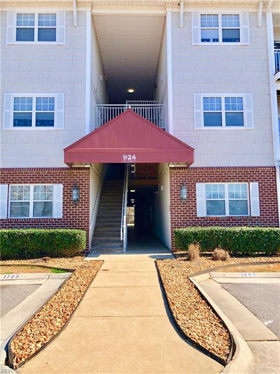 924 Southmoor Dr #204, Virginia Beach, VA 23455 (MLS #10242625) :: Chantel Ray Real Estate