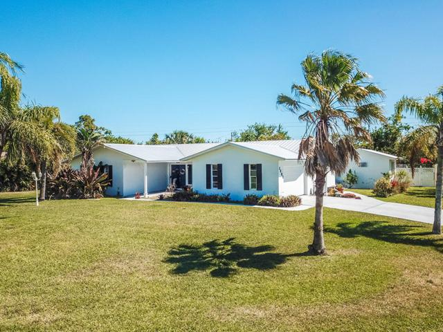 2803 NE Yorkshire Lane, Jensen Beach, FL 34957 (#RX-10415050) :: The Carl Rizzuto Sales Team