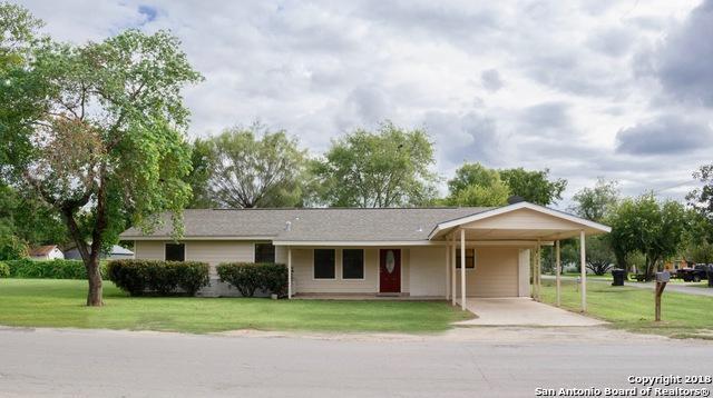 611 Zig Zag Ave, Devine, TX 78016 (MLS #1341481) :: NewHomePrograms.com LLC