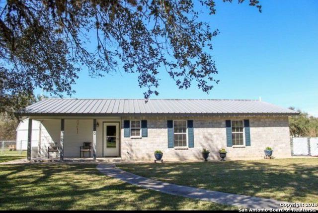750 Sunset Ave, Goliad, TX 77963 (MLS #1353484) :: Vivid Realty