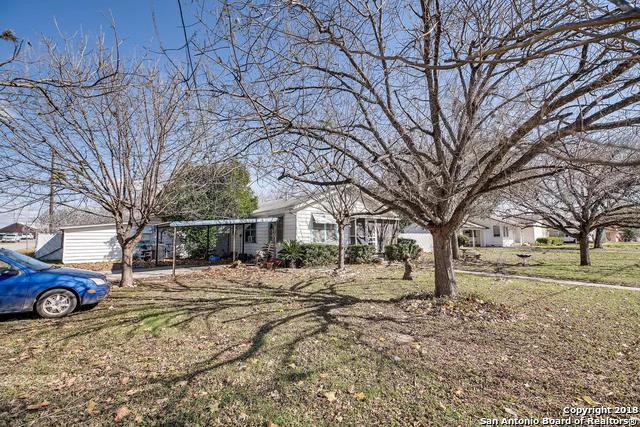 714 W Hondo Ave, Devine, TX 78016 (MLS #1354393) :: The Castillo Group