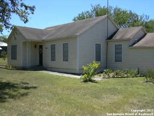912 Zanderson Ave, Jourdanton, TX 78026 (MLS #1357616) :: ForSaleSanAntonioHomes.com