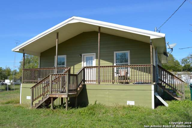 704 Mcdowell Ave, Jourdanton, TX 78026 (#1422152) :: The Perry Henderson Group at Berkshire Hathaway Texas Realty