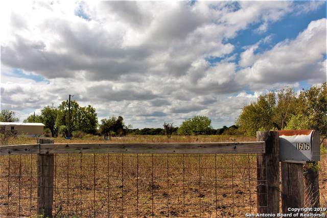 1606 County Road 7711, Devine, TX 78016 (#1422580) :: The Perry Henderson Group at Berkshire Hathaway Texas Realty