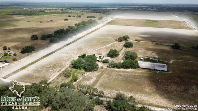 933 County Road 777, Devine, TX 78016 (#1483041) :: The Perry Henderson Group at Berkshire Hathaway Texas Realty