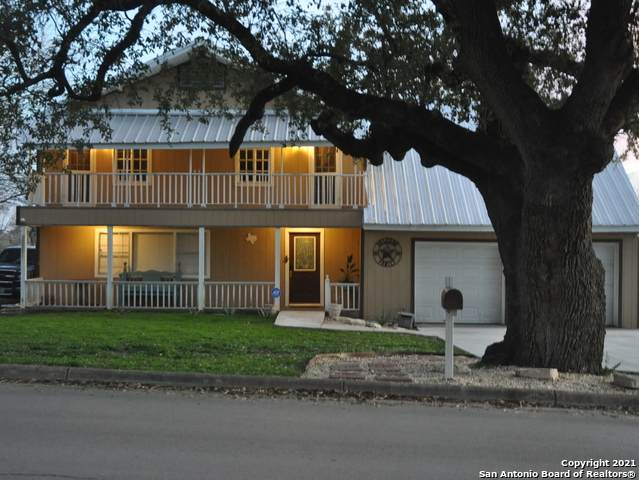 609 W Colonial Parkway, Devine, TX 78016 (MLS #1506284) :: Keller Williams City View
