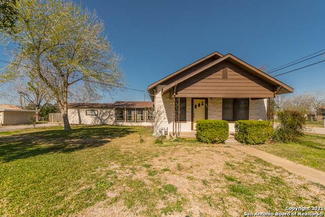 821 Maple St, Jourdanton, TX 78026 (MLS #1507026) :: The Gradiz Group