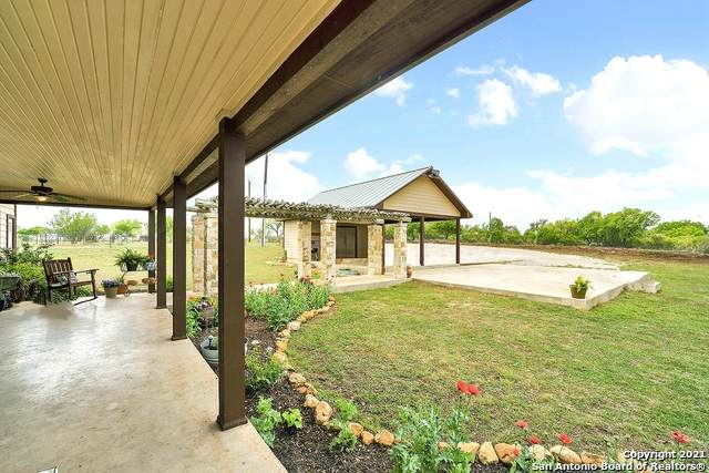 257 Pr 4561, Hondo, TX 78861 (#1518962) :: The Perry Henderson Group at Berkshire Hathaway Texas Realty