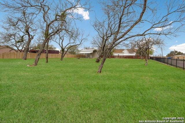 1611 C St, Floresville, TX 78114 (#1519984) :: The Perry Henderson Group at Berkshire Hathaway Texas Realty