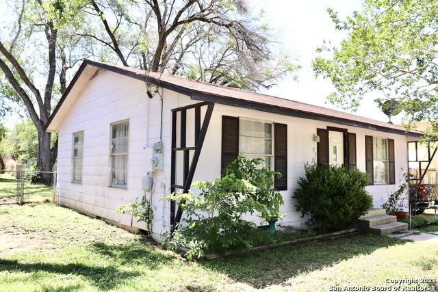 1104 E St, Floresville, TX 78114 (MLS #1522674) :: The Glover Homes & Land Group