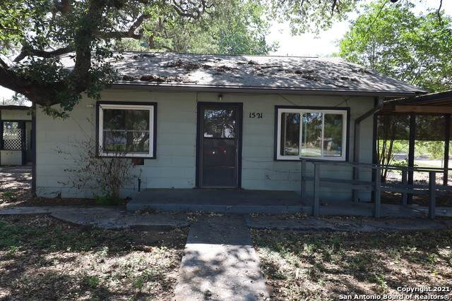 1521 1ST ST, Pleasanton, TX 78064 (#1527032) :: The Perry Henderson Group at Berkshire Hathaway Texas Realty