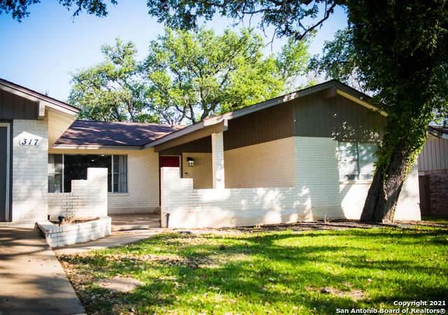317 Manor Dr, Kerrville, TX 78028 (MLS #1539073) :: Beth Ann Falcon Real Estate
