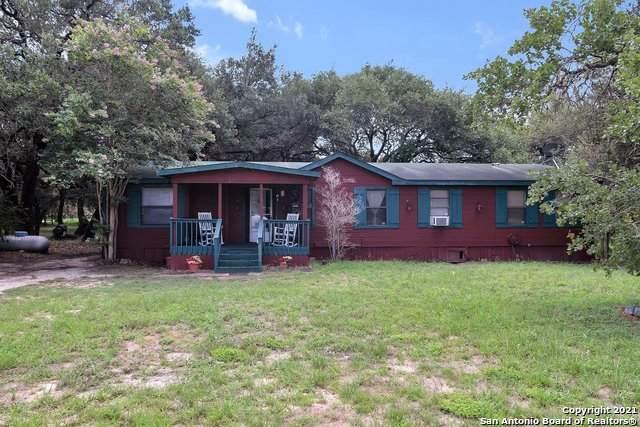 302 Crosscreek Dr, Floresville, TX 78114 (MLS #1546178) :: Vivid Realty