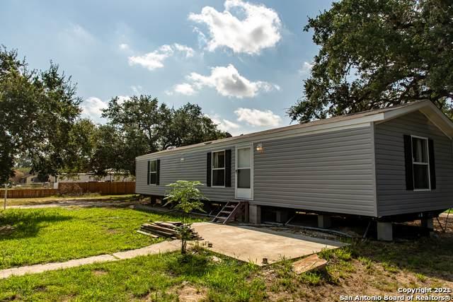 720 Pleasanton Ave, Pleasanton, TX 78064 (MLS #1558942) :: Alexis Weigand Real Estate Group