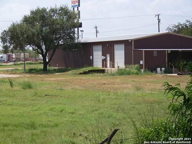 3215 Zanderson Ave, Jourdanton, TX 78026 (MLS #1559010) :: Neal & Neal Team