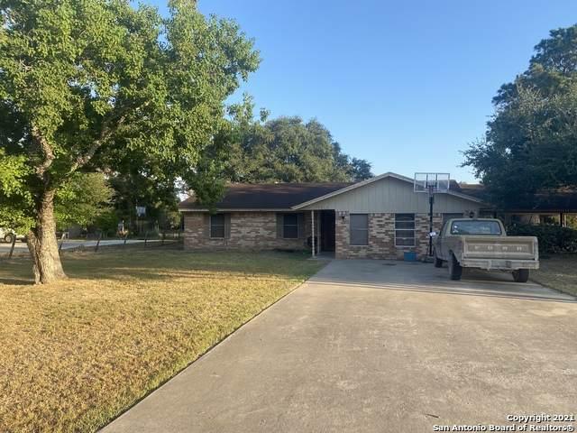 1343 Encino Dr, Pleasanton, TX 78064 (MLS #1563750) :: Beth Ann Falcon Real Estate