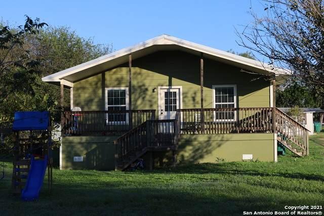 704 Mcdowell Ave, Jourdanton, TX 78026 (MLS #1564789) :: ForSaleSanAntonioHomes.com